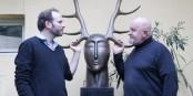 """Florian Hellwig (links), Pál Mathias (rechts) und die Bronze-Skulptur """"Hüter des Waldes (Mitte) dieskutieren den Kunstbegriff. Foto: Bicker"""