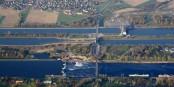 """Le Rhin (comme ici à Breisach) n'est plus une """"frontière"""" naturelle, mais l'élément de jonction entre les sous-régions du Rhin Superieur. Foto: Norbert Blau Luftfahrer / Wikimedia Commons / GFDL"""