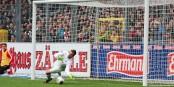 8e minute, le 1-0 pour le SC Freiburg. Le défenseur Vrancic (no. 6) venait de dévier le ballon dans son propre but. Foto: © KL