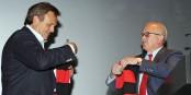 Roland Mack (links) und Fritz Keller besiegeln den Pakt mit zwei Fanschals. Foto: Michael Heuberger