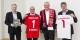 Christoph Dahl (Geschäftsführer Baden-Württemberg-Stiftung), Fritz Keller (1. Vorsitzender SC Freiburg), Winfried Kretschmann (Ministerpräsident Baden-Württemberg) und Bernd Wahler (Präsident VfB Stuttgart) machen Werbung für Bildung & Fußball. Foto: bwstiftung