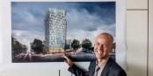 Das Hochhaus und sein Architekt: Der Green City Tower Freiburg und Wolfgang Frey. Foto: Arne Bicker