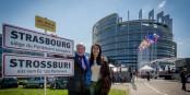 Journée splendide hier au Parlement Européen. Et Nawel Rafik-Elmrini semble apprécier autant le soleil que le bilinguisme... Foto: © Claude Truong-Ngoc