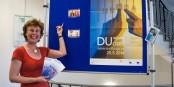 """Europa-Treffpunkt in Freiburg: Der """"Info Point Europa"""" in der Freiburger Bibliothek mit seiner Stadthalterin Christine Fuchs. Foto: Bicker"""