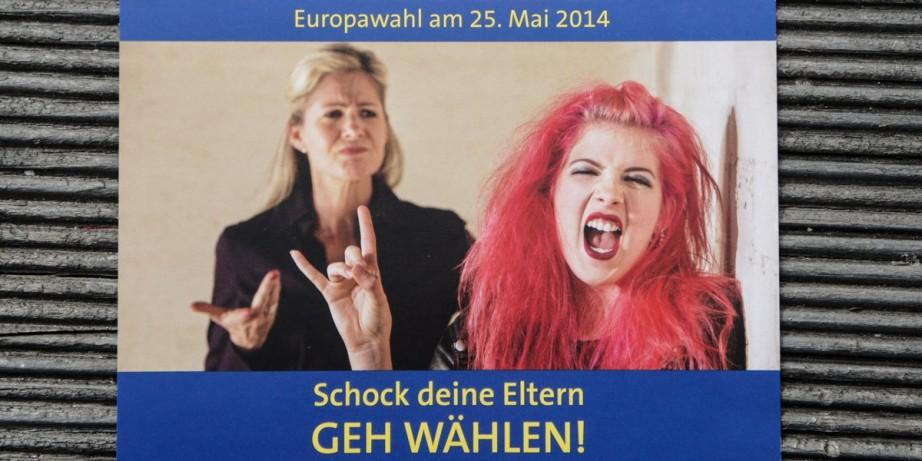 """Bei kritischen Themen mit Humor arbeiten: Selbstgestaltete Wahlwerbepostkarte des """"Info Point Europa"""" in Freiburg. Foto: Bicker"""