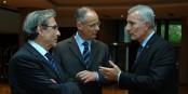 Zu breite Züge? Guillaume Pépy (rechts, mit dem Straßburger OB R. Ries und Präfekt S. Bouillon) versteht den Stress nicht. Foto: © Claude Truong-Ngoc