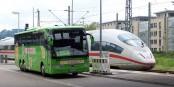 Wie hier in Freiburg tobt ein harter Konkurrenzkampf zwischen Schiene und Straße. Foto: Hoff1980 / Wikimedia Commons