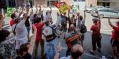 """Allez hop, on vote une journée de grève de plus. Sans oublier le """"barbecue militant"""". Incroyable. Foto: © Claude Truong-Ngoc"""