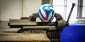 Unter Druck von allen Seiten: Das Spielgerät der WM 2014. Foto: Bicker