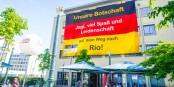 Rio? Bravo! Diese riesige Fahne in Freiburg weist den Weg. Foto: Arne Bicker