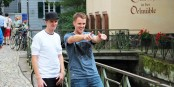Beim Dreh für eine neues Video - die Neumann-Zwillinge sind nicht mehr zu stoppen! Foto: © Kai Littmann
