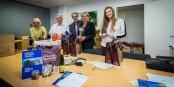 """L'équipe de l'AEJE en train de préparer les """"paniers de bienvenue"""" pour les nouveaux élus du Parlement Européen. Belle action. Foto: © Claude Truong-Ngoc"""