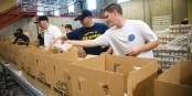 Statt Lebensmittel wegzuwerfen, sollen große Supermärkte künftig überschüssige Ware spenden . Foto: U.S. Navy / Senior Chief Gary Ward / Wikimedia Commons / PD