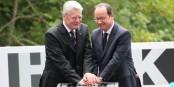 Main dans la main, les deux présidents ont posé la première pierre d'un lieu de mémoire commun aux deux pays. Foto: Kai Littmann