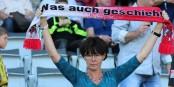 """""""Quoi qu'il arrive..."""" - en voilà une supportrice fribourgeoise exemplaire ! Foto: © Kai Littmann"""