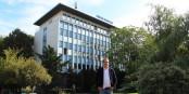 """Le Directeur du Centre Francais Berlin, Florian Fangmann, devant """"son"""" centre. Foto: Kai Littmann"""