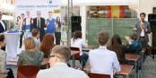 """Mit Schülerinnen und Schülern des Ettenheimer Gymnasiums startete IHK-Präsident Dr. Steffen Auer die Aktion """"Unternehmer machen Schule!"""" mit einer spannenden Freiluft-Unterrichtsstunde in der Lahrer Innenstadt. Foto: IHK"""