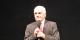 """Jean-Georges Mandon en s'adressant au public fribourgeois lors de la représentation de """"1918, l'homme qui titubait dans la guerre"""". Foto: Eurojournalist(e)"""