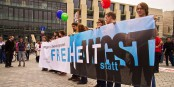 """""""Liberté à la place de la peur"""", dit la pancarte. Soyons courageux ! Foto: opyh / Wikimedia Commons / CC-BY-SA 2.0"""