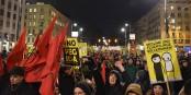 """A Vienne, les manifestants de la """"Pegida"""" se sont retrouvés devant un mur de contre-manifestants. Foto: Christian Michelides / Wikimedia Commons / CC-BY-SA 4.0"""