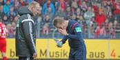 L'arbitre Peter Gagelmann avait beau nettoyer ses yeux - au moments décisifs, il ne voyait pas très clair... Foto: Eurojournalist(e)