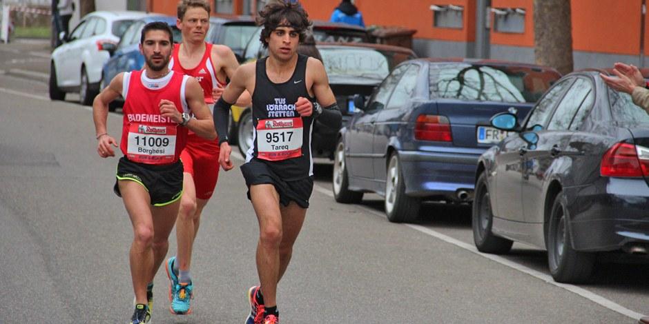 Le trio de tête du semi-marathon - à gauche le vainqueur, l'Italien Gianluca Borghesi, à droite Tareq Omar et derrière le deuxième Benedikt Hoffmann. Foto: Eurojournalist(e)