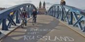 """""""La Paix avec la Russie"""" est marqué sur le pont """"Stühlingerbrücke"""" à Freiburg. Foto: Eurojournalist(e) / Peter Küchler CC-BY-SA 4.0"""