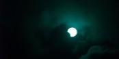 So sieht es durch ein professionelles Objektiv aus, wenn sich der Mond zwischen Sonne und Erde schiebt. Foto: fdecomite / Wikimedia Commons / CC-BY-SA 2.0