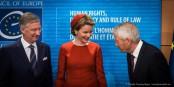 Le Sécretaire Général du CoE sait se tenir  devant le couple royal belge. Foto: Claude Truong-Ngoc / Eurojournalist(e)