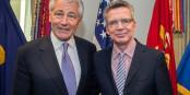 Thomas de Mazière (rechts, mit US-Verteidigungsminister Chuck Hagel), wollte den NSA-Skandal von Washington aus für beendet erklären. Foto: Secretary of Defense / Wikimedia Commons / CC-BY 2.0