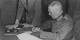 La signature de l'acte de capitulation allemande par le  Maréchal Keitel libérait aussi les Allemands. Qui ne s'en souviennent pas. Foto: US Army / Lt. Moore / Wikimedia Commons / PD