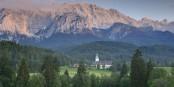 Noch ist es friedlich im schönen Schloss Elmau. Sobald die Mächtigen der Welt eintreffen, wird sich das ändern. Foto: Hilpert / Wikimedia Commons / PD