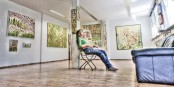 Kathrin Leinfelder inmitten ihrer künstlerischen Pflanzenextrakte in der Fritz' Galerie. Foto: Arne Bicker