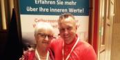 """Die """"Algenkönigin"""" Agnes Kling-Schlickert und Martin Wagner beim 25. Kongress der Heilpraktiker in Karlsruhe. Foto: Privat"""
