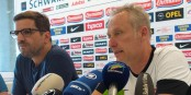 Vor der Abfahrt nach München zeigte sich SC-Trainer Christian Streich (rechts) verhalten zuversichtlich. Links im Bild der im September auf eigenen Wunsch ausscheidende SC-Pressesprecher Rudi Raschke. Foto: Bicker