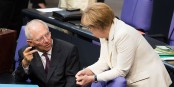 Deux qui pensent maîtriser la situation en Grèce et en Europe - mais Schäuble et Merkel ne matrîsent rien du tout... Foto: Tobias Koch / Wikipedia Bundestagsprojekt / Wikimedia Commons / CC-BY-SA 3.0
