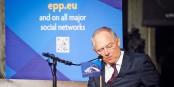 Wolfgang Schäuble und Angela Merkel haben dafür gesorgt, dass die Welt Deutschland nicht mehr vertraut. Und wir kriegen wieder mal nichts mit. Foto: European People's Party / Wikimedia Commons / CC-BY 2.0