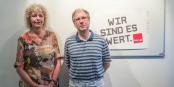 """Rund 120 Beschäftigte der Freiburger Transfusionsmedizin wehren sich gegen """"Outsourcing"""". Im Bild die Personalräte Gabriele Jansen-Mau und Andreas Hauß. Foto: Bicker"""
