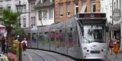 Le tram dans le centre historique de Freiburg - un excellent moyen pour découvrir la ville. Foto: Tobias b Köhler / Wikimedia Commons / CC-BY-SA 3.0