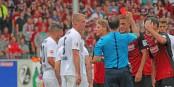 La situation qui allait changer le cours du match. Peter Sippel expulse Mensur Mujdza et le match contre le VFL Bochum allait basculer en faveur des visiteurs. Foto: Eurojournalist(e)