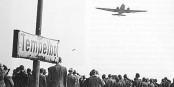"""Pendant un court instant, l'Europe pensait qu'une compagnie aérienne allait instaurer une sorte de """"corridor sûr"""" pour les réfugiés, comme le pont aérien à Berlin. Il n'en était rien. Foto: Landesbildstelle Berlin / Wikimedia Commons / CC-BY-SA 3.0"""