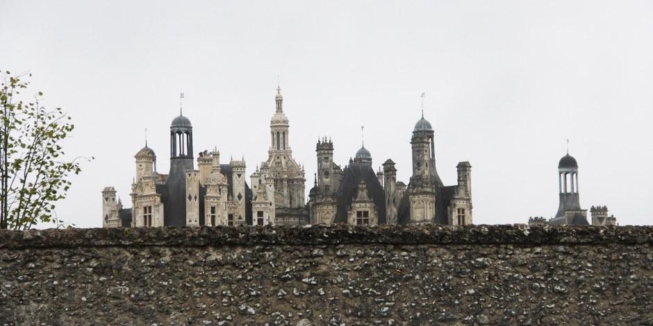 Um Chambord in seiner ganzen Größe zu bewundern, zahlt man entweder Eintritt - oder man schaut über die Mauer... Foto: KK