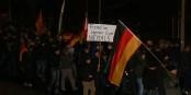 """Diese traurigen Existenzen könnten auch Schilder mit der Aufschrift """"Schaut her - ich existiere!"""" tragen. Foto: blu-news.org / Wikimedia Commons / CC-BY 2.0"""