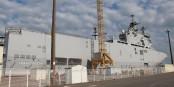 """Noch steht """"Sebastopol"""" in kyrillischen Zeichen auf dem Schiff, das in Saint Nazaire auf seine weitere Bestimmung wartet. Foto: Eurojournalist(e)"""