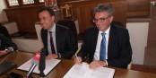 Le ministre Nils Schmid et le maire de Freiburg Dieter Salomon lors de la signature de l'accord portant sur la participation duj Land dans le projet du novueau stade. Foto: Pressebüro Arne Bicker / Eurojournalist(e)