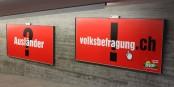 Schon seit Jahren fällt die rechtspopulistische SVP durch derart plumpe Werbungen unangenehm auf. Fast 30 % der Schweizer scheint dieser Mist aber zu gefallen. Foto: Shoe2010 / Wikimedia Commons / CC-BY-SA 3.0
