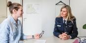 Annika (links) im Gespräch mit der Polizei-Einstellungsberaterin Sylvia Awenius. Foto: Bicker