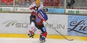 Da hebt auch schon mal der Gegner ab - gute Checks sind im Eishockey kein Foul, sondern große Kunst. Foto: Eurojournalist(e)