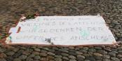 Ce message a été déployé devant l'Institut Français à Freiburg. Les gens s'y arrêtent, le coeur serré. Foto: Eurojournalist(e)