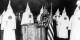 Der Ku Klux Klan bei seinen seltsamen Zeremonien - 150 Jahre Rassimus, Mord und Totschlag. Foto: Underwood & Underwood / Library of Congress / Wikimedia Commons / PD